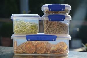 Gedroogd-voedsel-bewaren-in-voorraaddozen