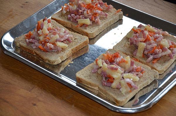 Gedroogde toast met gedroogde ananas en gedroogde tomaat