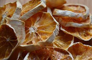 Sinaasappels drogen in een oven