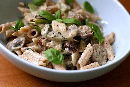Pasta met mosterdsaus, champignons en worstjes