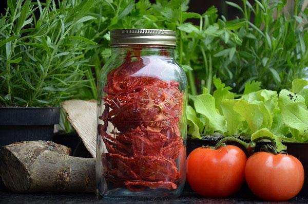 Tomaten met kruiden drogen