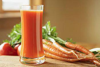 Sap van wortel, tomaat en bleekselderij (slowjuicen)