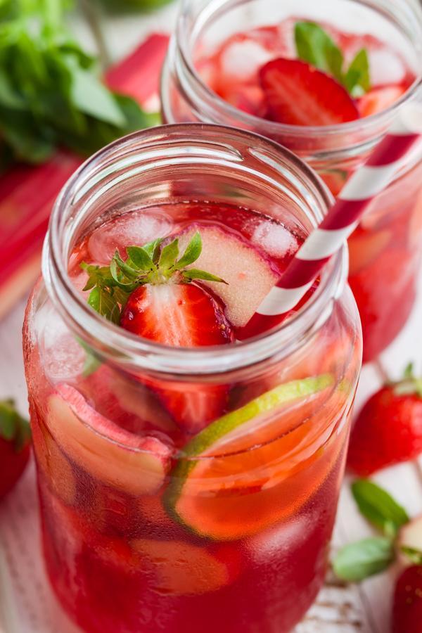 Aardbeien, limoen en rabarberlimonade