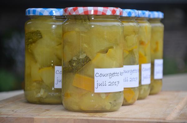 Courgette inmaken met kerriepoeder en mosterdzaad