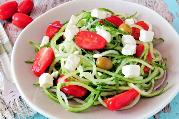 Griekse salade met groente spaghetti