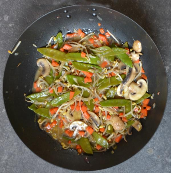 Chinees groentegerecht met peultjes, champignons, tauge en wortel
